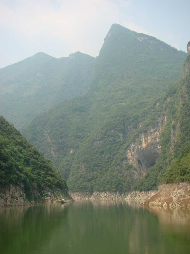 Floating down the narrow Shennong Stream