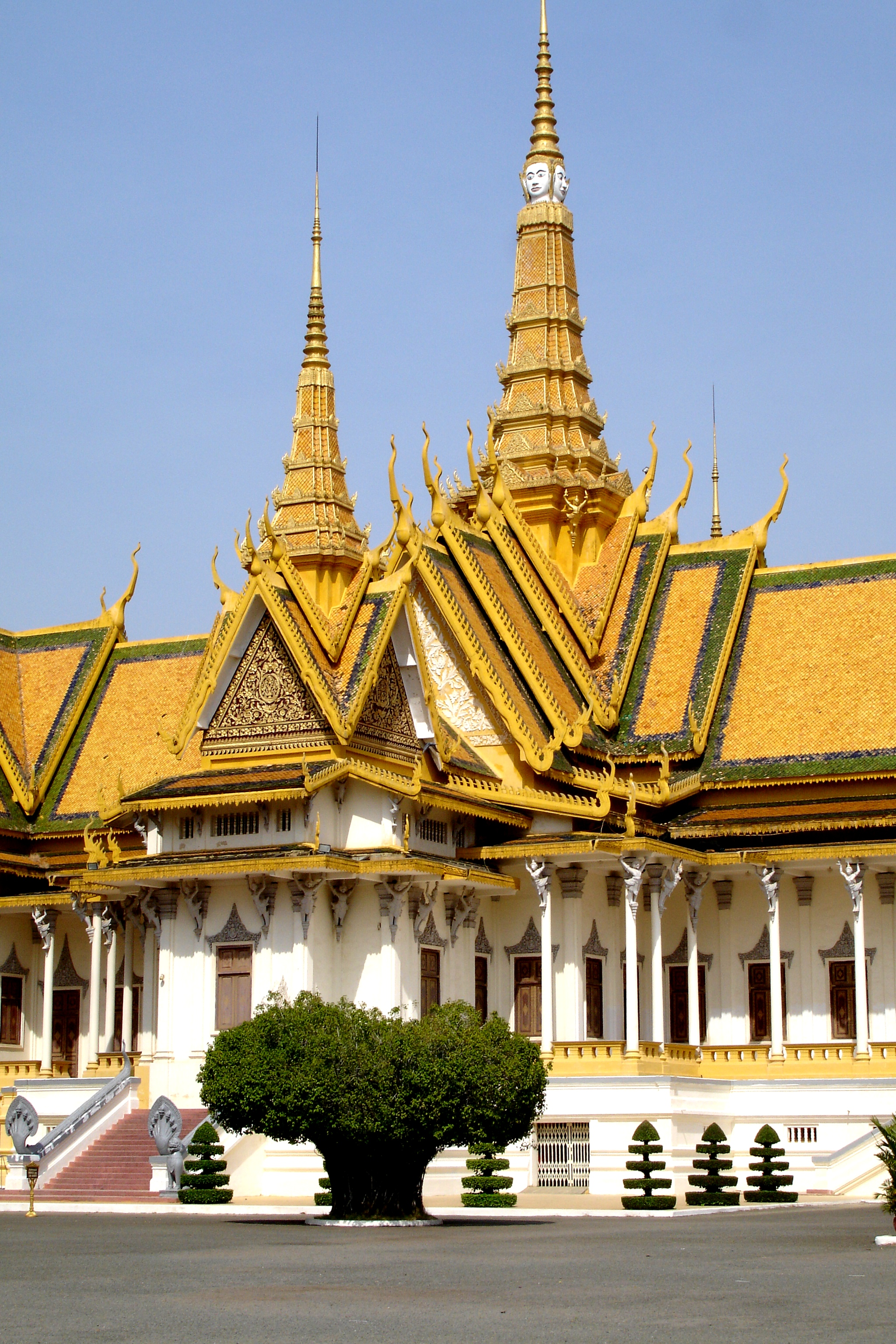 Phnom Pehn, city of Genocide, Temples and Palaces.