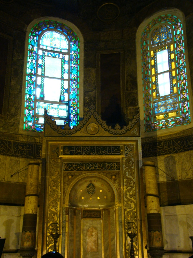 Themihrablocated in the apse where the altar used to stand, pointing towards Mecca