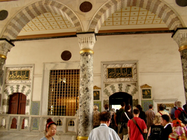 Main entrance to the Audience Chamber, with the small fountain of Suleiman I to the right, and the large gifts window to the left